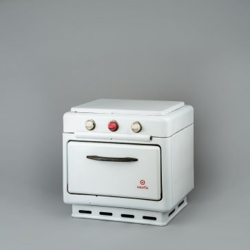 Double burner cooker with an oven